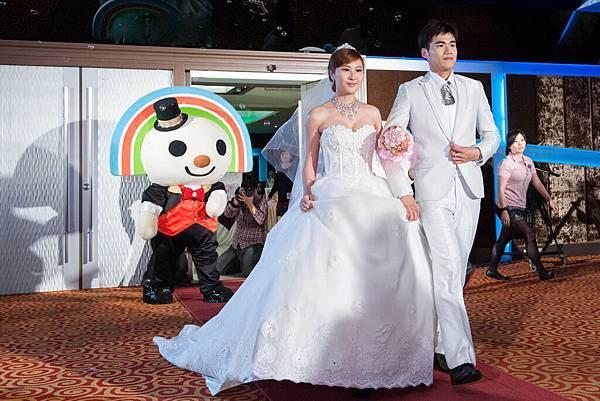 浪漫的泡泡機與唯美燈光,讓現場準新人感受真實婚禮的氣氛