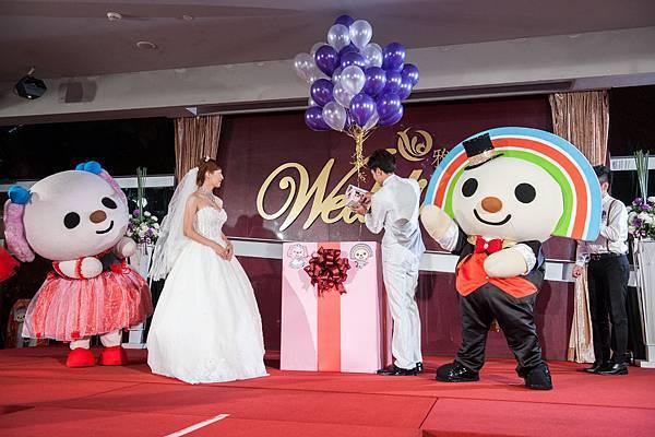幸福氣球綁著一個幸福的家,裡面有新郎給予新娘的承諾,象徵永恆與圓滿的戒指