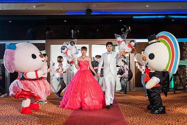 新人帶著進場禮物造型氣球分享與現場嘉賓