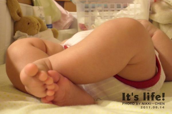 20110814-01-小傢伙最近很愛挫腳.jpg