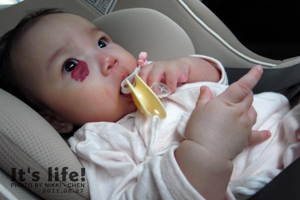 20110827-07-吃的滿嘴都是奶嘴痕.jpg