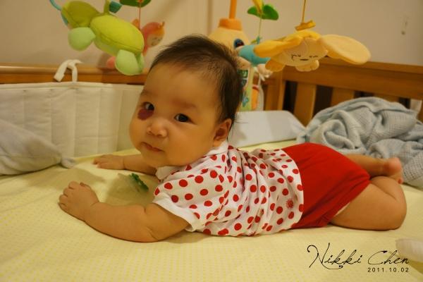 20111002-02-嘿,媽媽妳也要躺我旁邊嗎.jpg