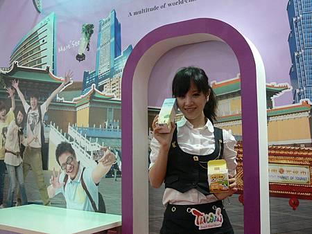 魔術甜心王心琳在新加坡代言飛牛產品.JPG