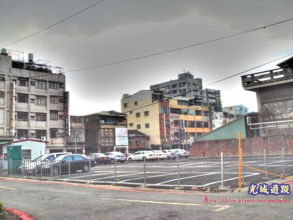 被移平的房舍改成的停車場.jpg