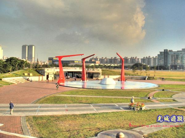 新光碼頭內的噴水設施.jpg