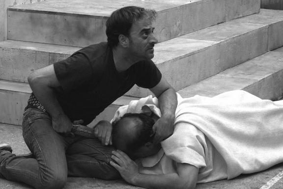 tn_布魯托(薩爾瓦多斯特利安諾Salvatore Striano飾)刺殺摯愛凱撒大帝是電影《凱撒必須死:舞台重生》的一場高潮戲中戲 (1)