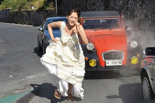 002【魚干女又怎樣】劇照_綾瀨遙這次跟藤木直人前往羅馬歡度蜜月,沒想到竟在街頭狼狽狂奔