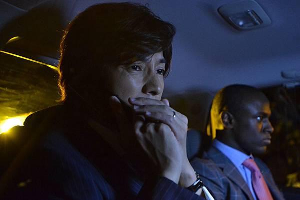003【魚干女又怎樣】劇照_藤木直人(左)身陷誘拐風暴,並被逼得穿女裝跳國標