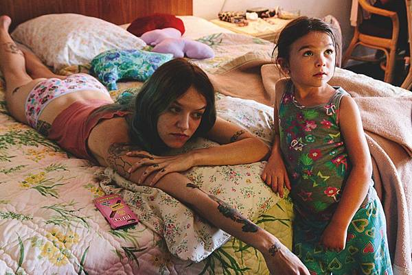 florida-project-the-2017-008-halley-and-moonee-on-bed.jpg