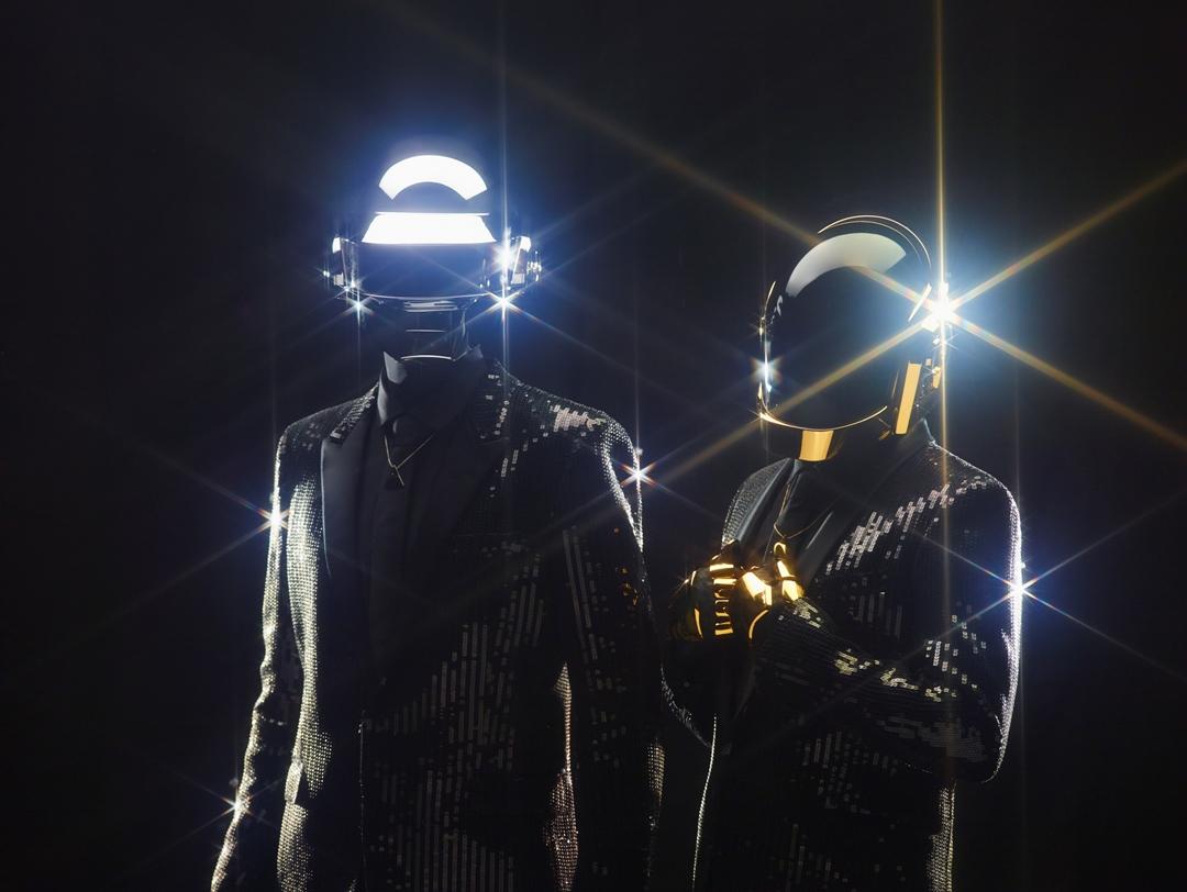 傻瓜龐克發片稱霸81國iTunes寶座 英美強勢預告冠軍 英國年度最賣單曲 聖羅蘭加持訂製打歌服