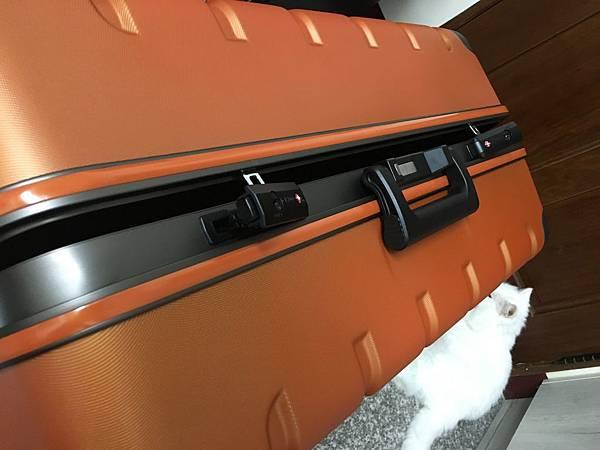 Crown 皇冠悍馬鋁框行李箱27吋-12.JPG