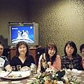 長髮泳池正妹和坐在電視機前的蛙人夫婦和正妹旁的寶雲姐姐