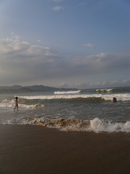 層層的浪不斷的湧向岸邊