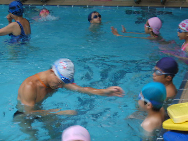 楊教練每天在水中超過十小時親自教學