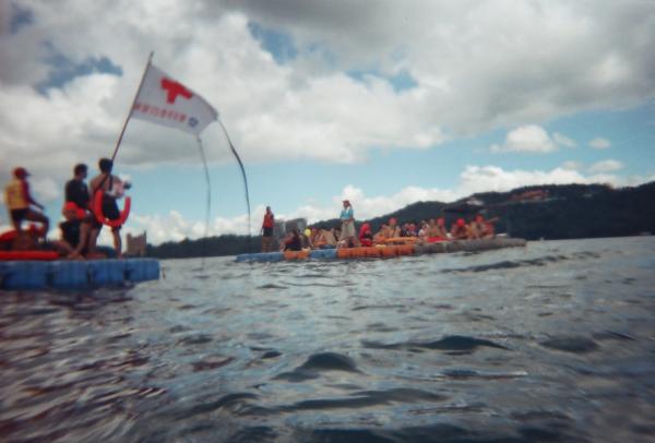 救生小組辛苦了!如果沒有浮標或是不太會游的人,千萬不要下水!