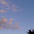 雲朵沾上了些許夕陽色調