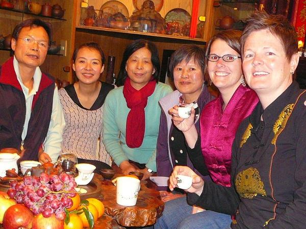 她們恰巧對臺灣的茶文化很有興趣,身為茶博士的楊教練透過我,和她們聊得不亦樂乎!