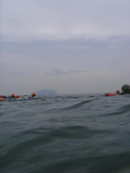 從海中看到的龜山島,跟我在陸地上看到的差不多@@