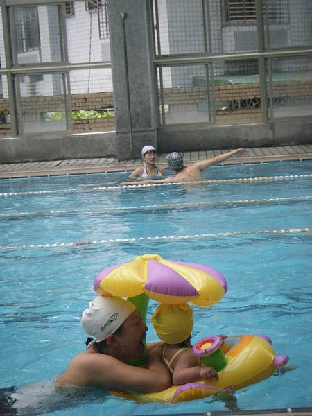 趁著泳訓班下課時,和小朋友一起玩水~~好可愛的游泳圈>///<