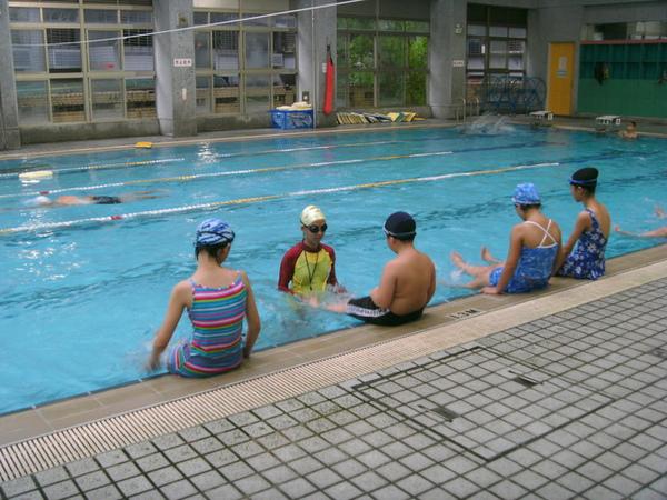 長時間待在水裡,真的會冷,所以要穿長袖泳衣~~