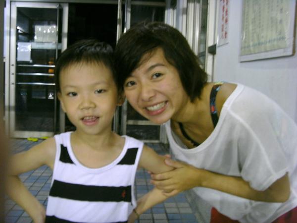 每次在等姐姐下課時,都會主動幫忙的小弟弟