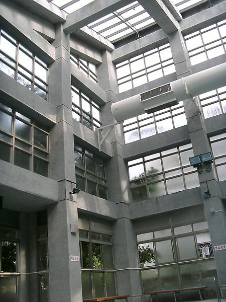 挑高透明窗設計,不會讓人感覺空間狹小快置息