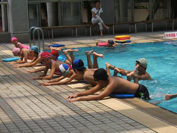 我們採用漸進式教法,由全陸操、半陸操至水中練習…