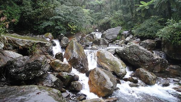 步道的終點是巨石瀑布