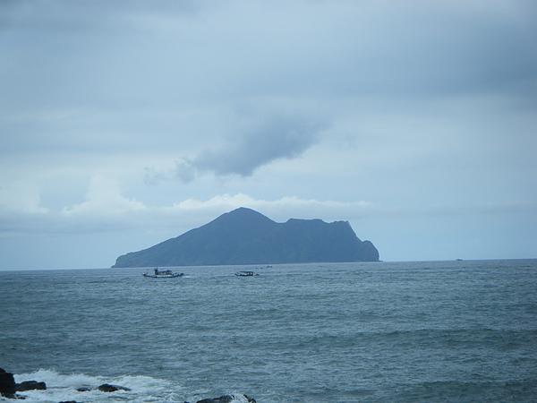 """清析可見的龜山島。我發現在這樣的好天氣,從路邊看到的龜山島,比那天在海中看的還更清楚很多~""""~"""