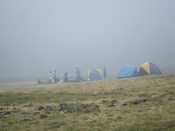 我們在漸濃的霧中紥營