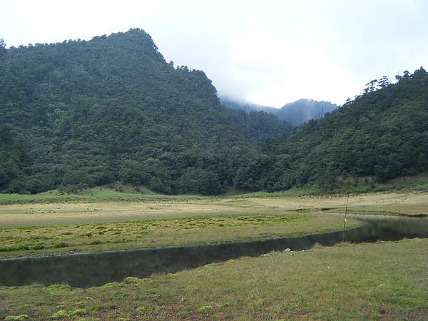 現在不巧是枯水期,所以湖是呈現月牙形狀。