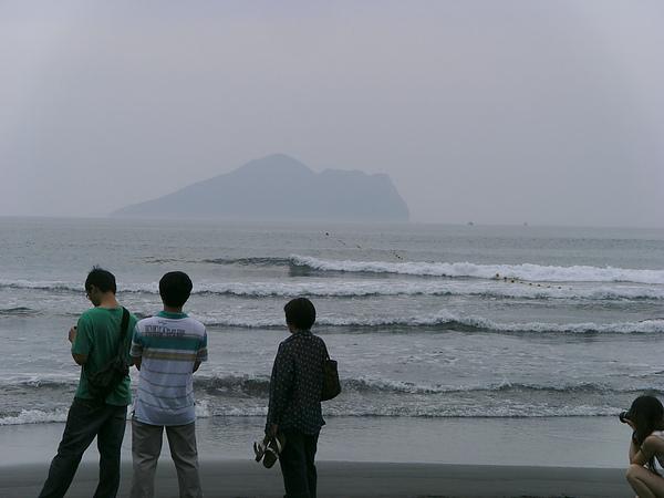 當天衝浪的人很多,因為浪真的不小!