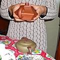 「我們要做好過國民外交!」楊教練大方的送她倆他收藏已久的茶壺。