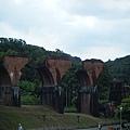 被譽為「台灣鐵路藝術極品」的龍騰斷橋建於九十年前。