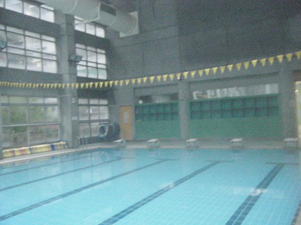 寒流來襲時游泳,水溫很溫暖,游起來很舒服!!