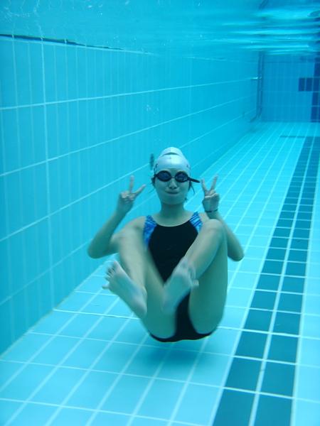 我愛水,因為只有水才能讓我們暫離一下下地心引力的控制~