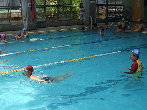 在這短短二週中已學會自由式的學生,我們就教蛙式~因為我們是推廣,所以並不像一般泳池,一期內就只教一式~我們希望學生能學得更多~