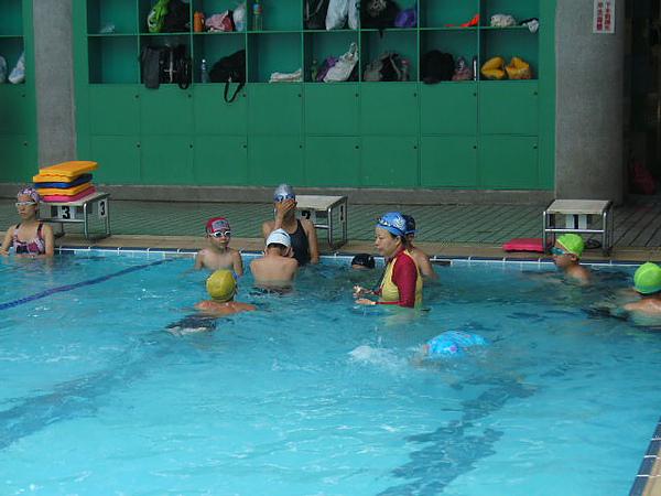 教練認真的仔細看著每個學生的泳姿~