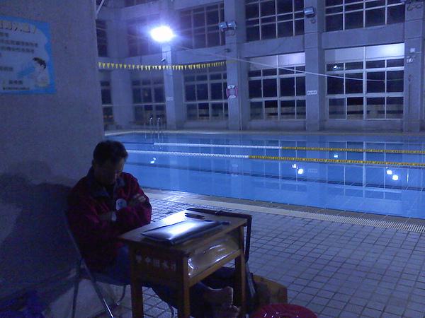 晚餐前的泳池,只剩下爸比一個人在打瞌睡...
