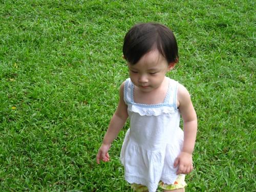 青青草地,我彤最愛了~雖然被蚊子光顧了好幾次...