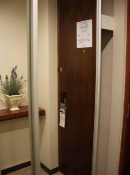 飯店門外的鏡子...