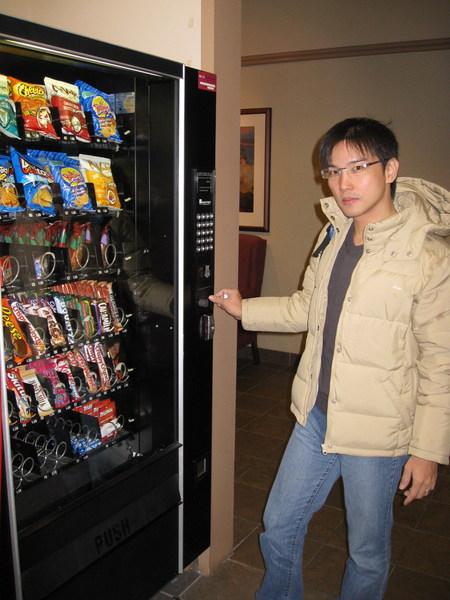 自動販賣機,賣的全是零食,很貴