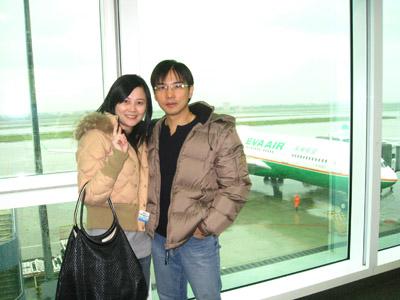 身後那個就是要載我們去北海道的長榮飛機囉~