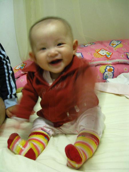 阿媽幫我穿的紅色襯衫,我也很喜歡耶~