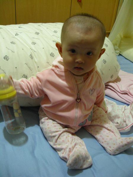 哼,我把奶瓶當玩具玩~