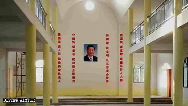 教堂内习近平画像挂正中,两边是中共标语.jpg