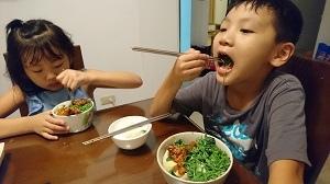 一三年級大口吃飯1