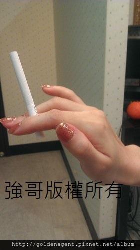 酒店小姐拿菸的儀態修