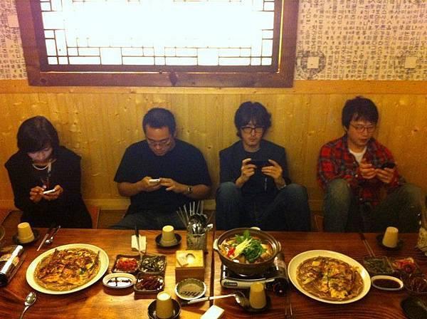 餐桌用手機