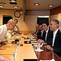 300px-Barack_Obama_and_Shinzo_Abe_at_Sukyabashi_Jiro_April_2014.jpg